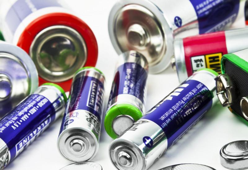 verschiedene Batterien liegen durcheinander