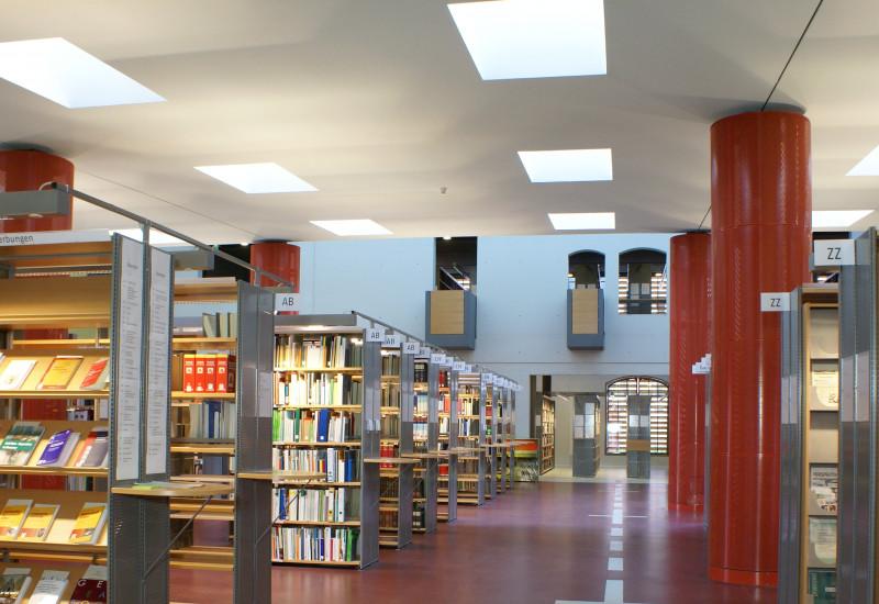 Blick in die Bibliothek am Standort Dessau