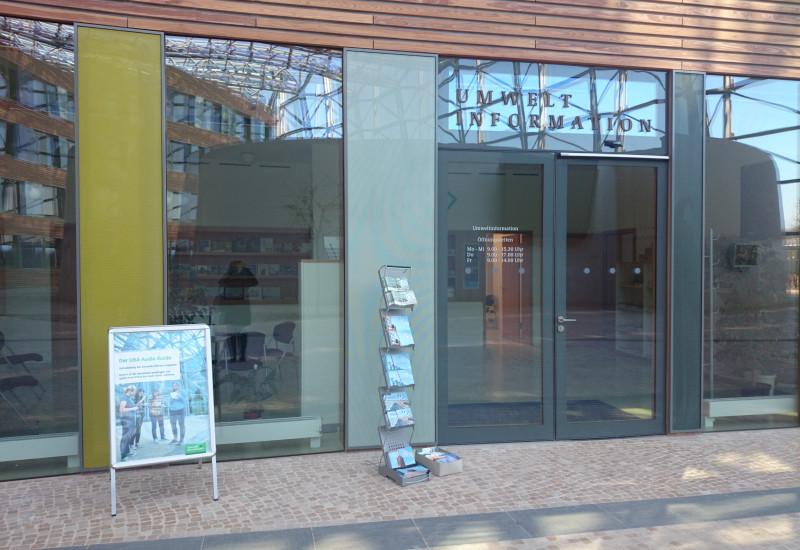 Blick auf Bürgerinformation und Bibliothek im UBA-Gebäude Dessau-Roßlau