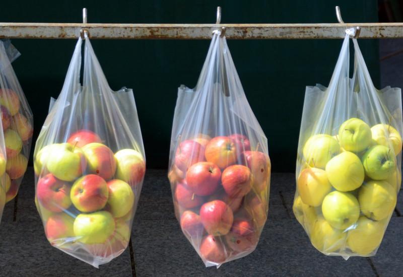 Plastiktüten mit Äpfeln