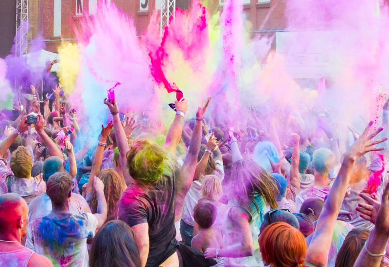 Menschen streuen verschiedne Farben aus