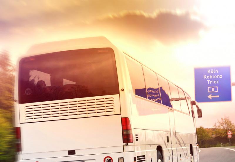 Zwei Fernlinienbusse