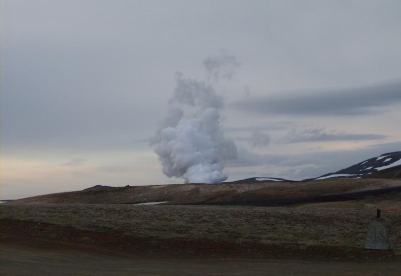 Wasserdampfwolke von Wärmekraftwerk in Isalnd