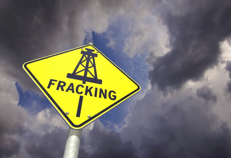 """gelbes Schild mit Wort """"Fracking"""""""