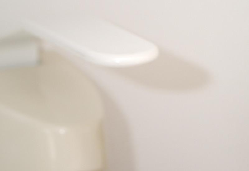 Hände verreiben das Desinfektionsmittel aus dem Spender.
