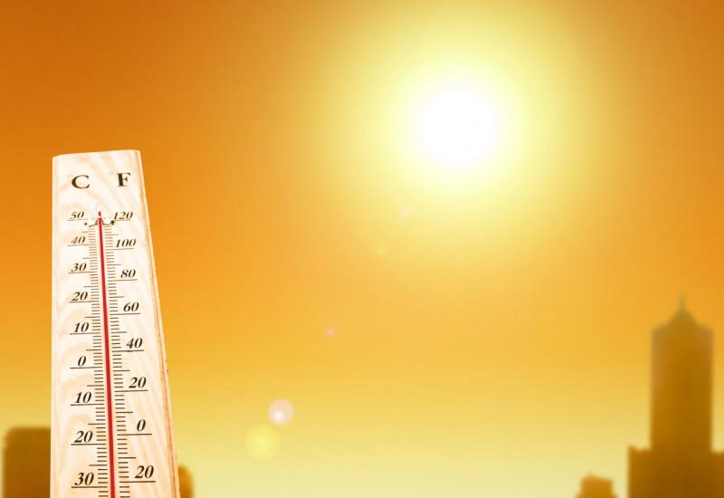 Thermometer vor Skyline bei Hitze
