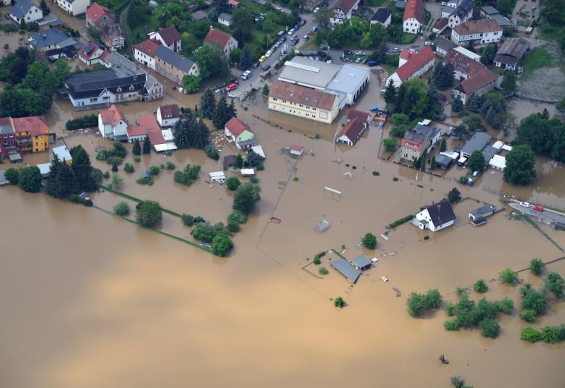 Ansicht einer vom Hochwasser überfluteten Wohn- und Geschäftssiedlung