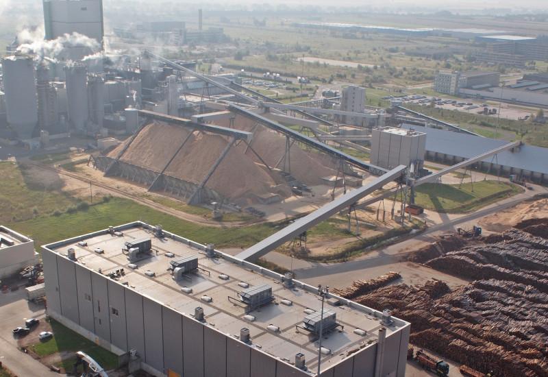 Holzplatz im Zellstoffwerk Stendal von oben gesehen