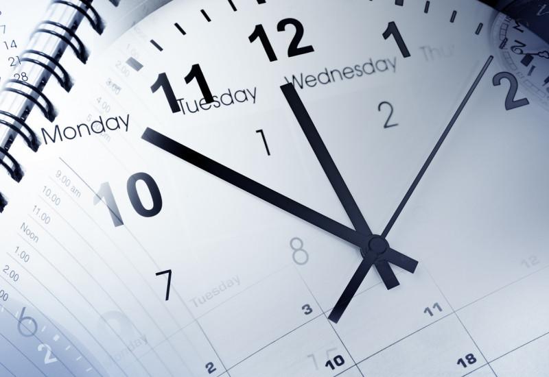 Kalender mit eingeblendeter Uhr