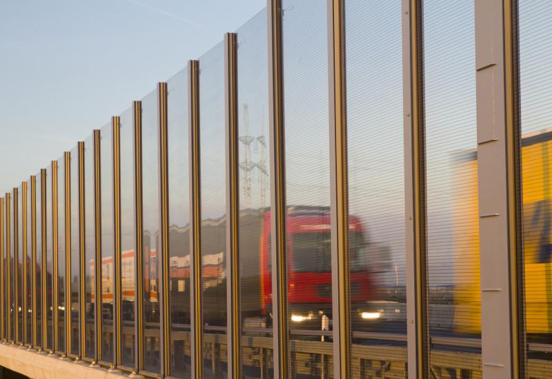 Lärmschutzwand an Autobahn