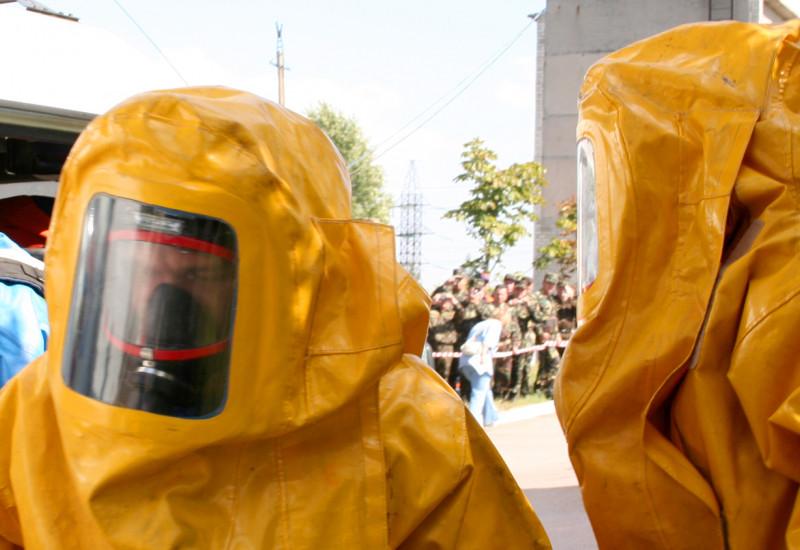 Männer in gelben Plastikanzügen beim Chemikalienunfall