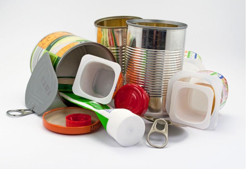 Metalldosen und Plastikabfall