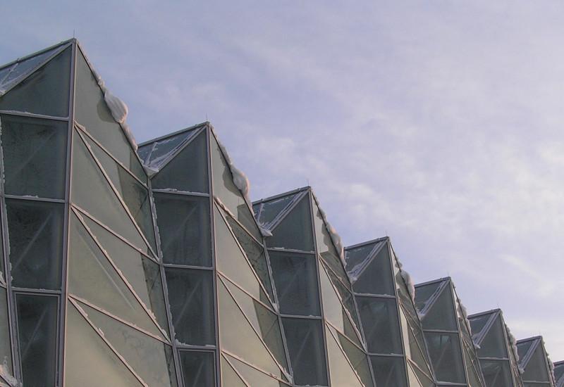 Glasfassade des Umweltbundesamtes im Schnee
