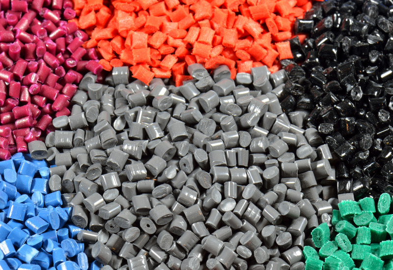 nach Farben sortiertes Plastikgranulat