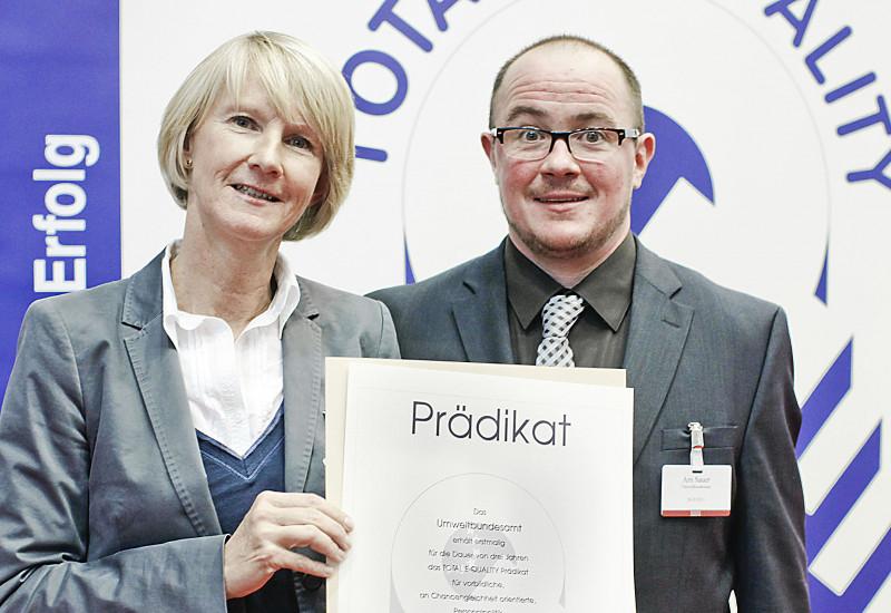 Frau Voigt nimmt den Preis für das UBA entgegen