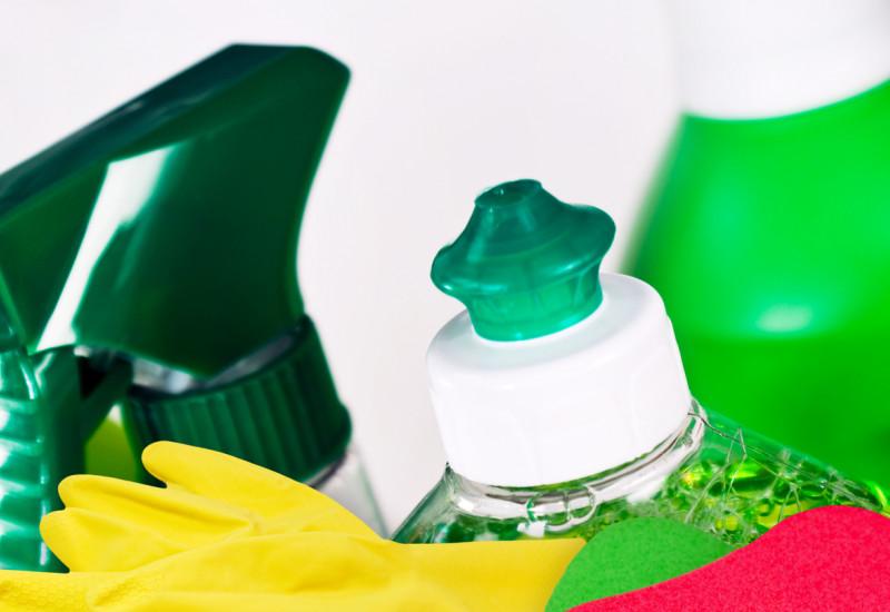 Reinigungsmittelflaschen, Gummihandschuhe, Putzschwamm