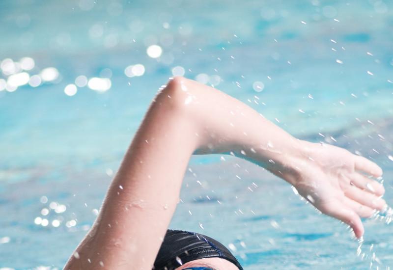 kraulende Frau mit Schwimmbecken