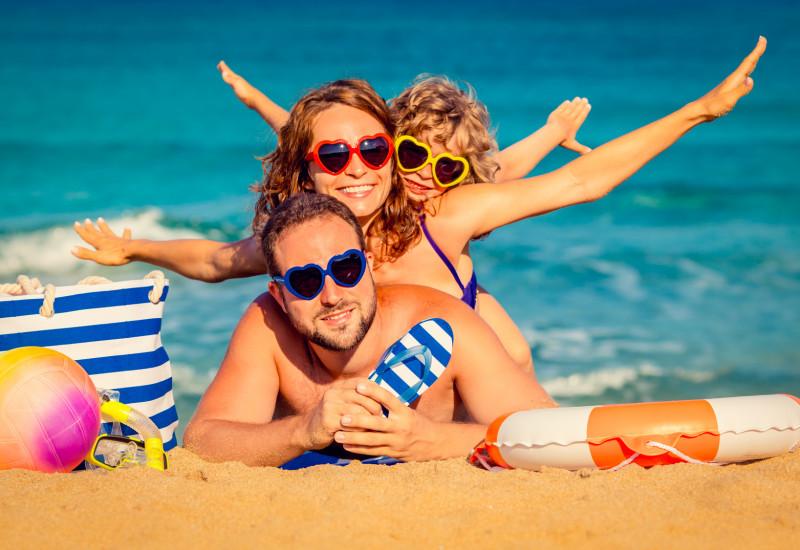 Familie am Strand beim Sonnenbaden