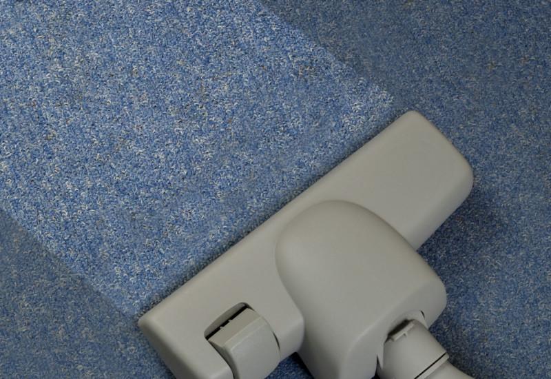 Staubsaugerbürste auf Teppichboden