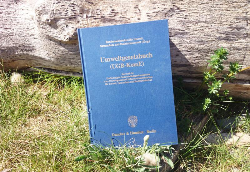 Das Umweltgesetzbuch im Gras