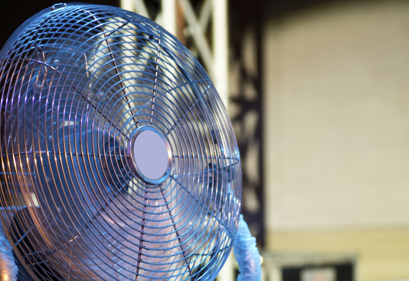 Ventilator steht auf dem Fußboden