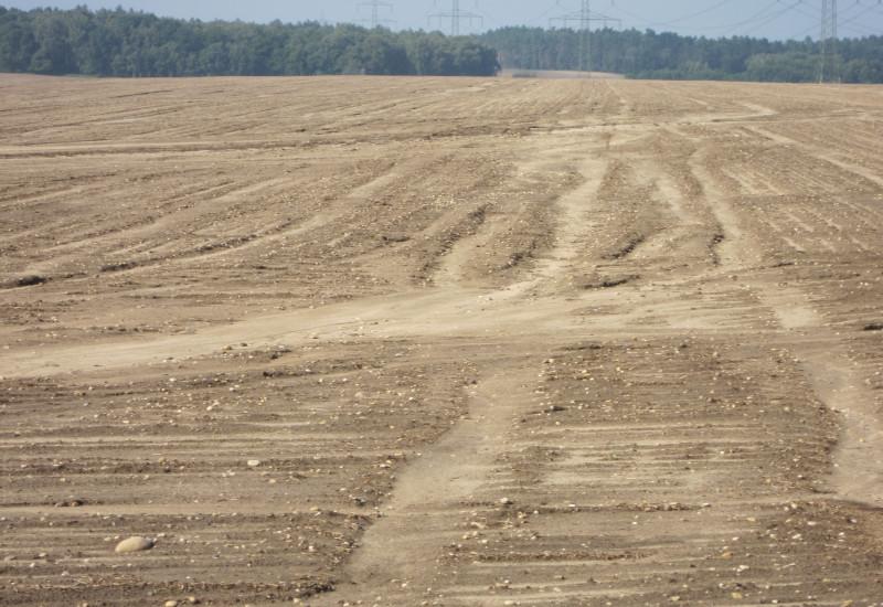 Feld mit Wassererosion