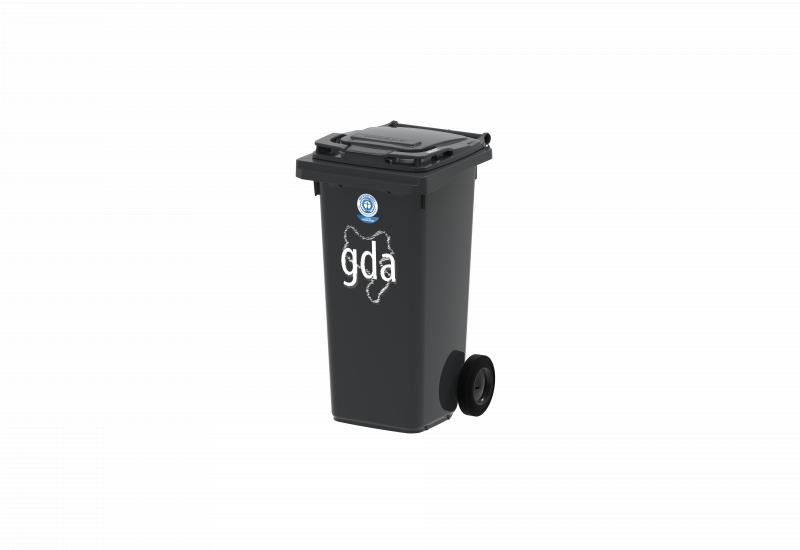 schwarze Restmülltonne versehen mit dem Logo des Umweltzeichens Blauer Engel und der Aufschrift gda