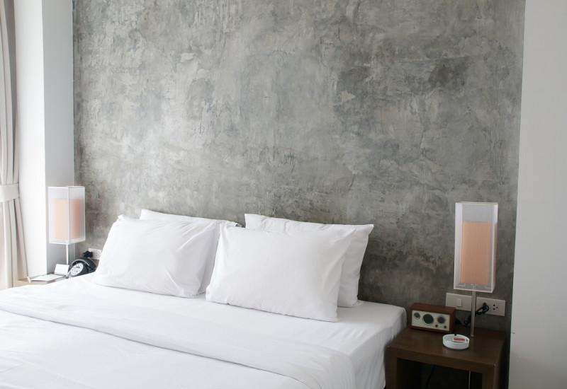 Doppelbett bezogen mit weißer Bettwäsche