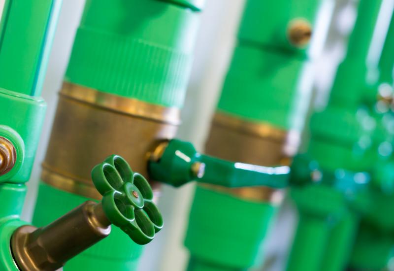 grüne Rohre und Ventile