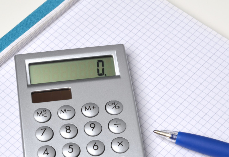 solarbetriebener Taschenrechner und ein Kugelschreiber auf einem Schreibblock