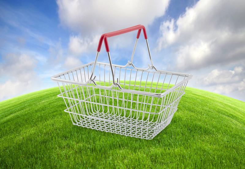 Einkaufskorb auch grüner Erdkugel, Himmel im Hintergrund