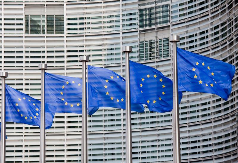 EU-Fahnen vor Gebäudefassade