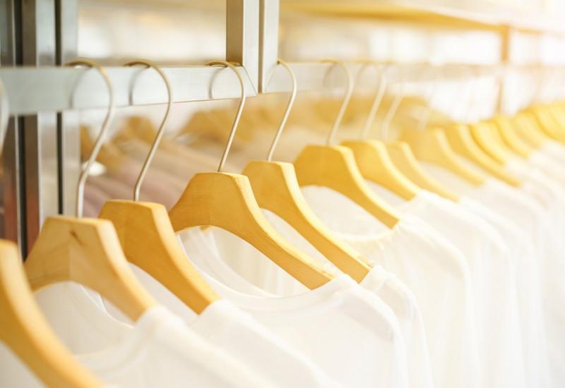 weiße T-Shirts auf Kleiderbügeln