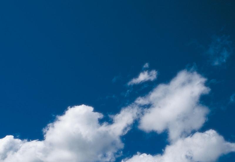 Blauer Himmel mit Wolken in der Mitte