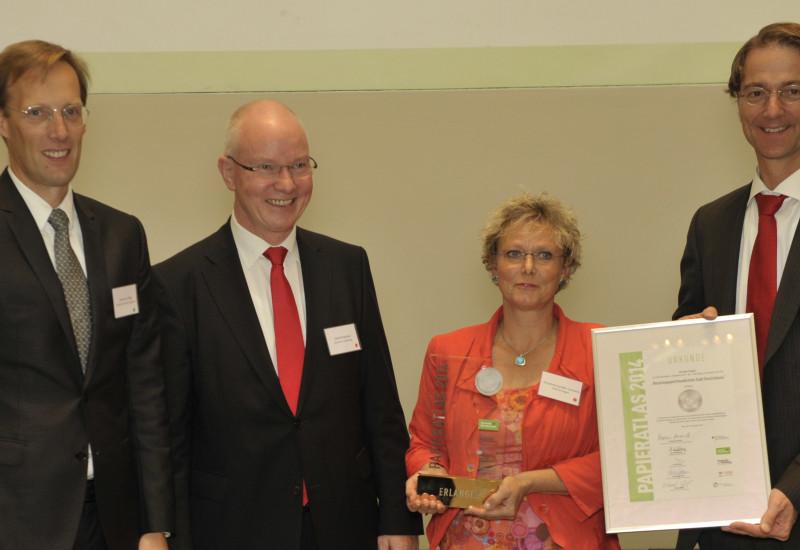 """Veranstalter und Partner des Wettbewerbs """"Papieratlas 2014"""" während der Auszeichnung der Stadt Erlangen"""
