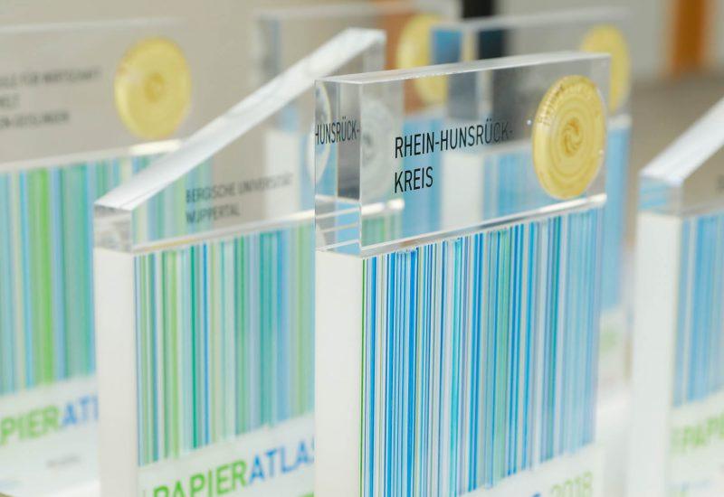 Pokale für die Ehrung beim Papieratlas 2018