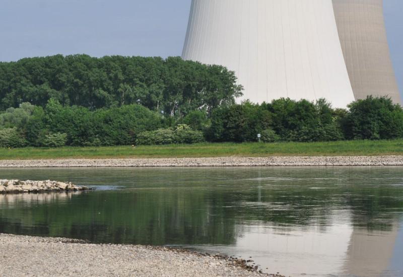 Kühlwassertürme an einem Fluß mit Niedrigwasser.