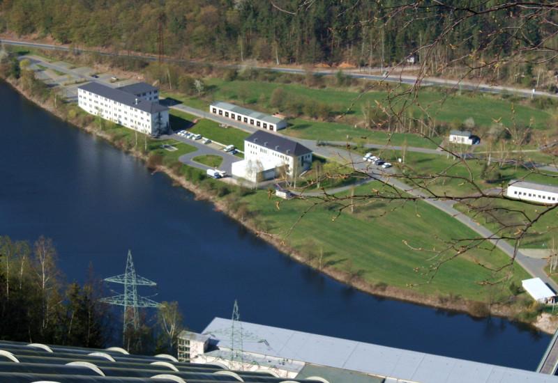 Steigrohre eines Pumpspeicherkraftwerkes, Blick von oben auf den Untersee mit Betriebsgebäuden.