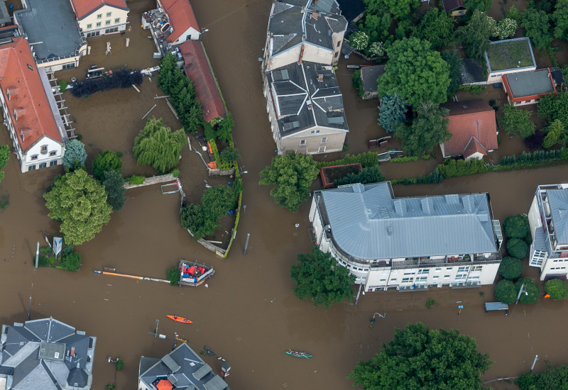 Luftaufnahme eines überfluteten Stadtquartiers.