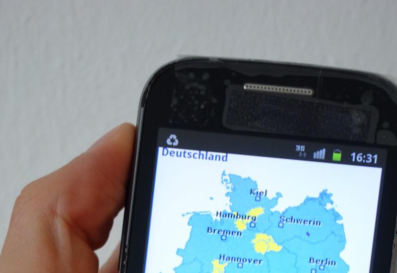 Nahaufnahme von Mobiltelefon auf dem Deutschlandkarte abgebildet ist.