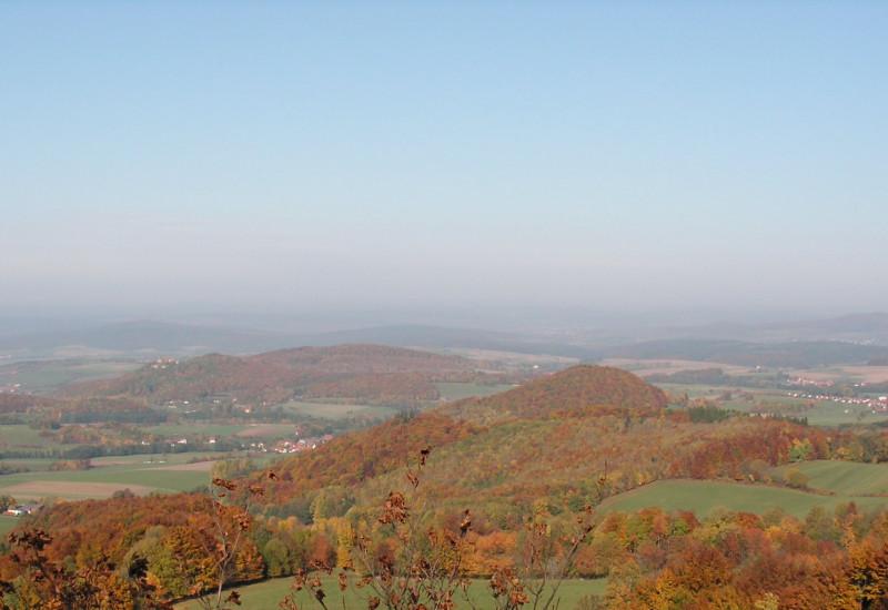 Landschaftsaufnahme von einer Erhebung hinunter in die Landschaft im Herbst.