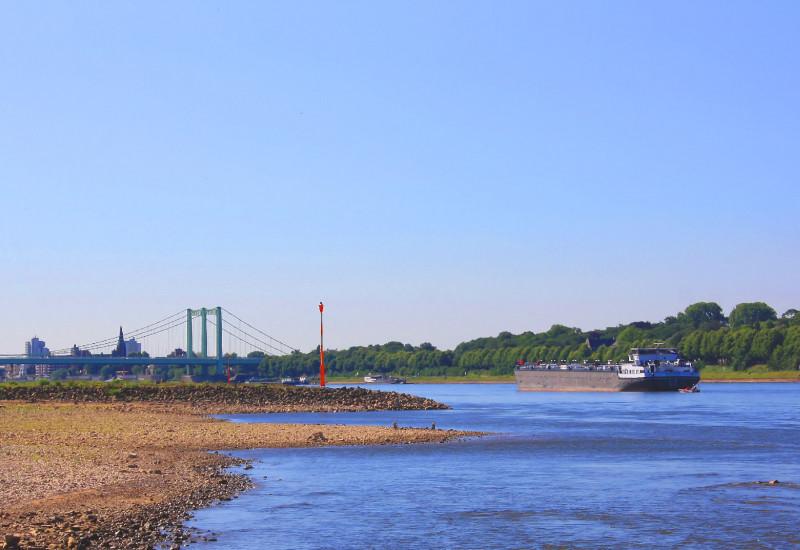 Binnenfrachtschiff auf Fluss mit Niedrigwasser.