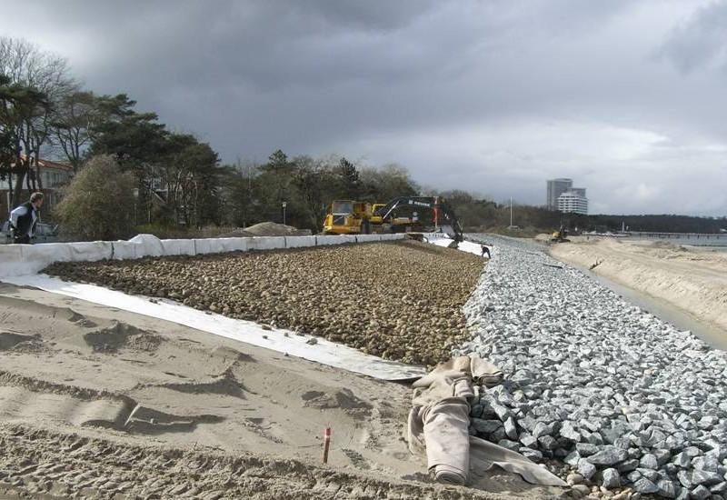 Bauarbeiten an einer Küstenschutzanlage.