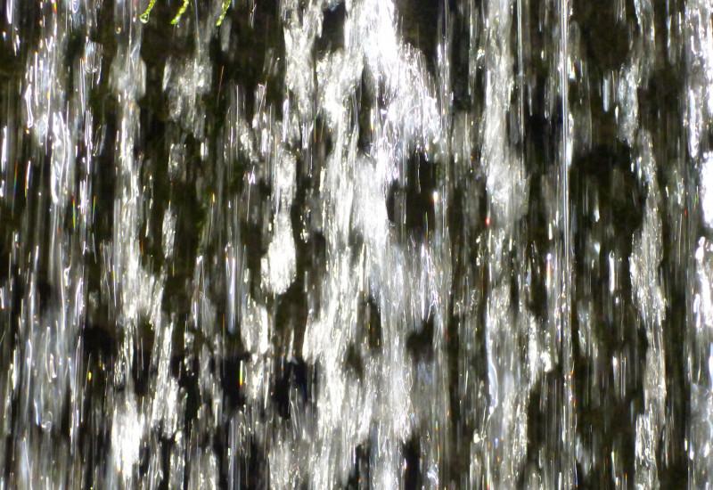 Nahaufnahme in herabstürzendes Wasser.