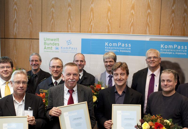 Die Preisträger des Wettbewerbs mit Urkunden