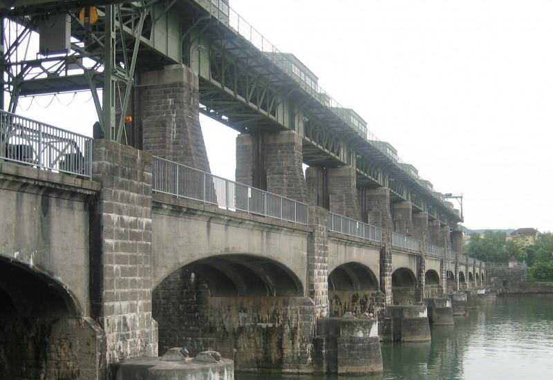 Alte Wasserkraftanlage, die aussieht wie eine Brücke bei Whylen