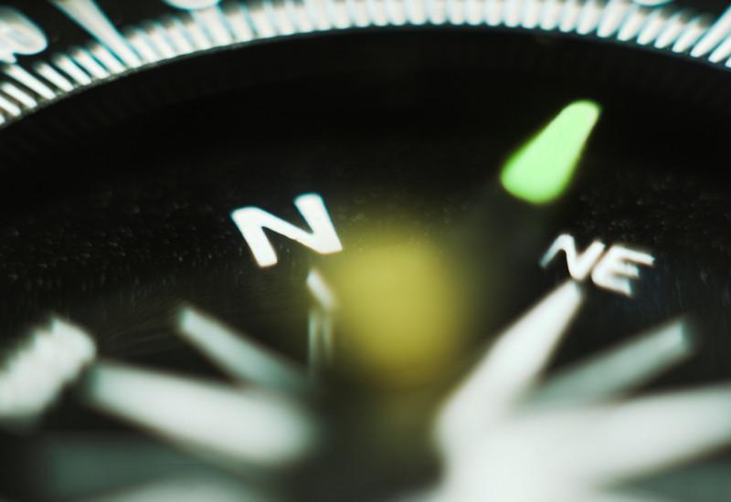 Nahaufnahme des Ziffernblattes eines Kompasses.