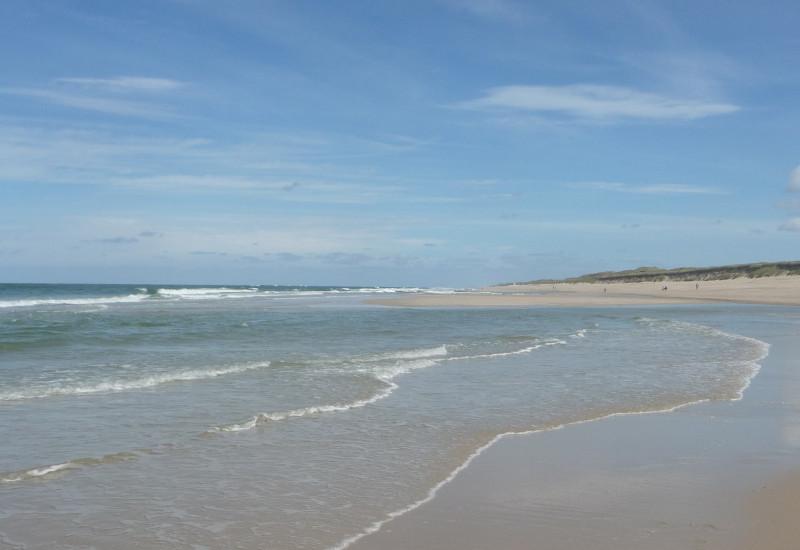 Ein Strand an der Nordseeküste mit Wellen