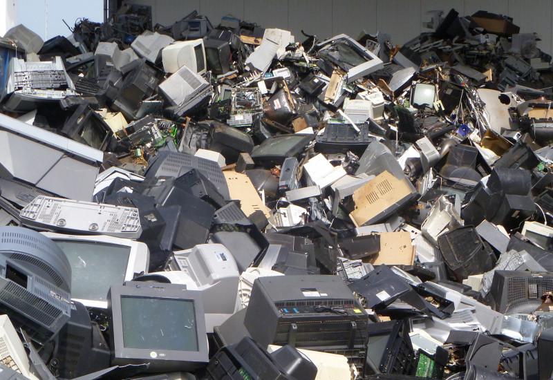 Alte Fernsehgeräte und Computermonitore auf einem Haufen.