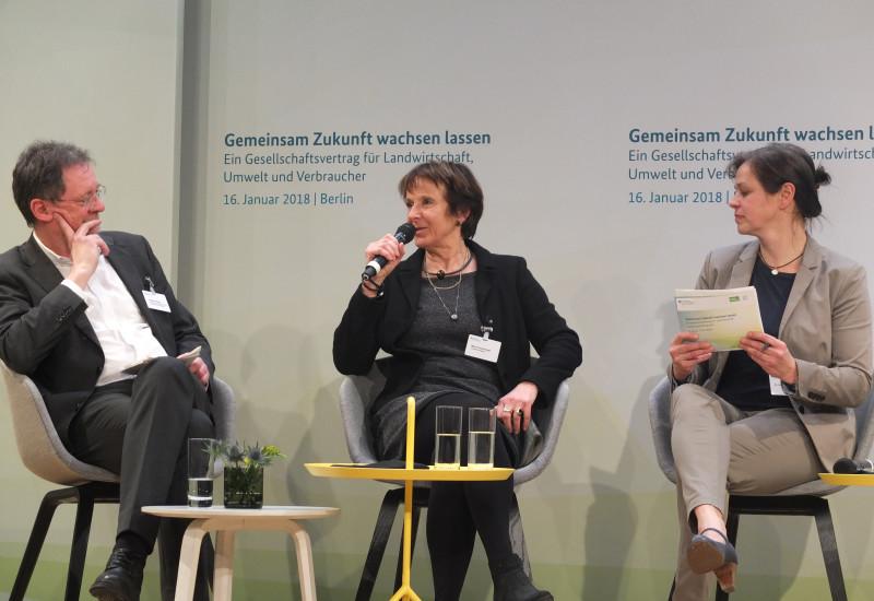 Drei Personen auf dem Podium des Agrarkongresses.